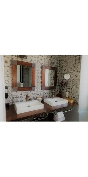 Salle de douche avec double vasque